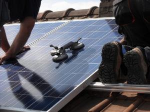 installation panneau solaire toiture 300x225 - Galerie montage installation panneaux solaires photovoltaïques - Galerie montage installation panneaux solaires photovoltaïques